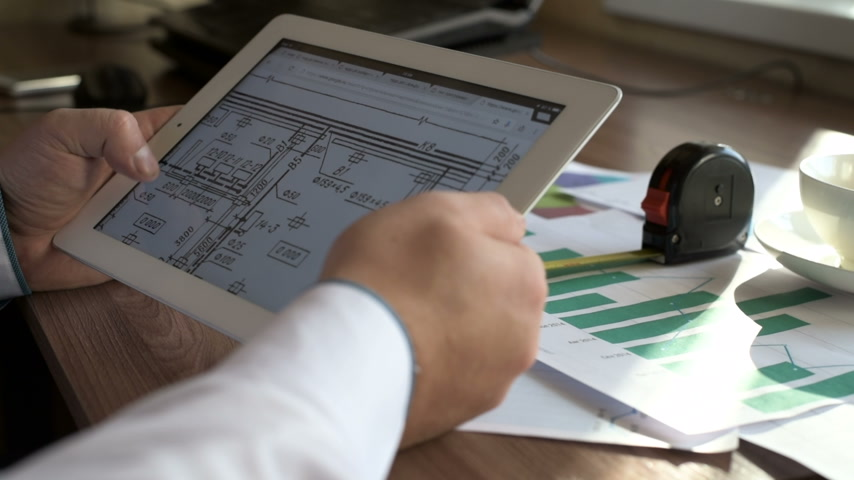 mérnök : Engineer using Tablet PC while working with Blueprints.