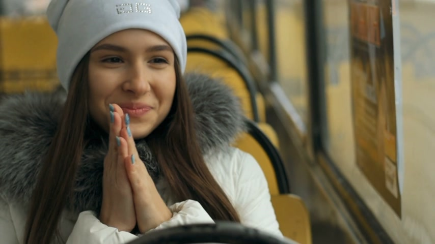 emissão : Portrait of happy woman during tram ride Stock Footage