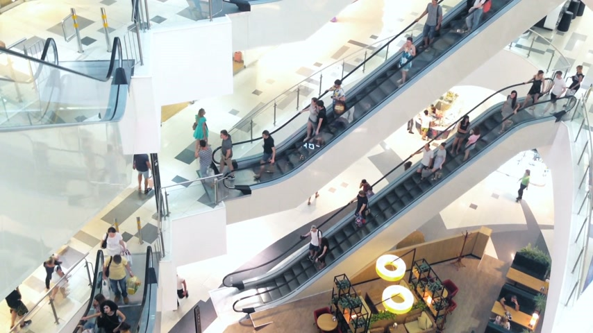 consumismo : Slightly defocused crowd of walking people in the newly opened shopping mall center Vídeos