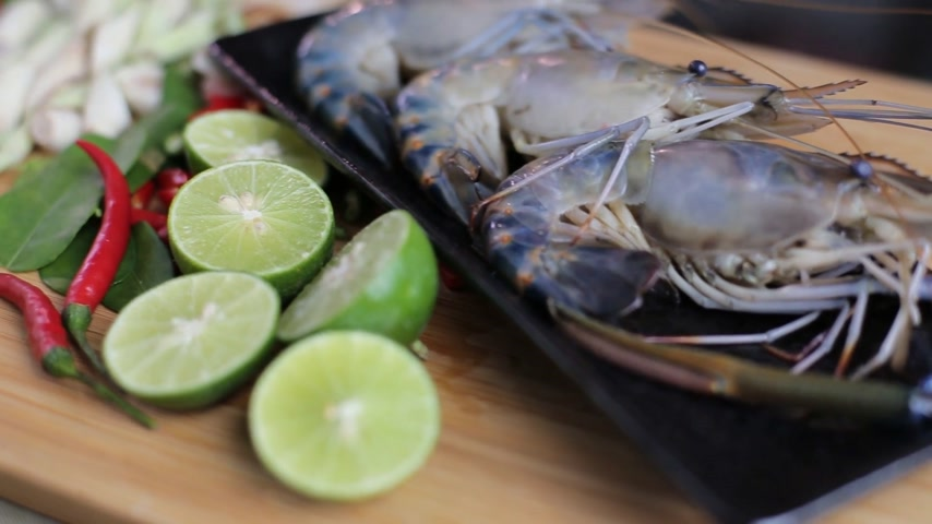soğancık : Many ingredient to cook Tom Yum Kung, The famous Thai style spicy soup.