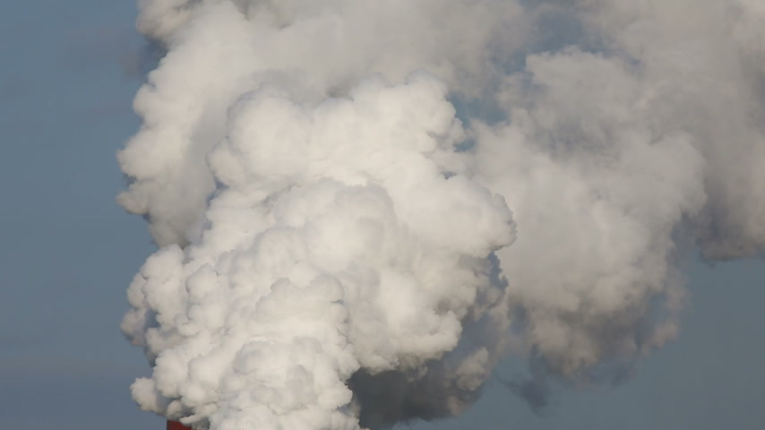 rafineria : Industrial refinery plant with smoke, air pollution Wideo
