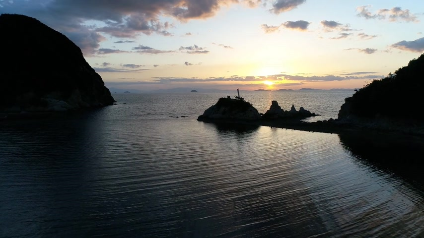 avançar : Aerial view from advance flying drone of calm ocean at sunset. Beautiful evening sky with reflected in calm sea water