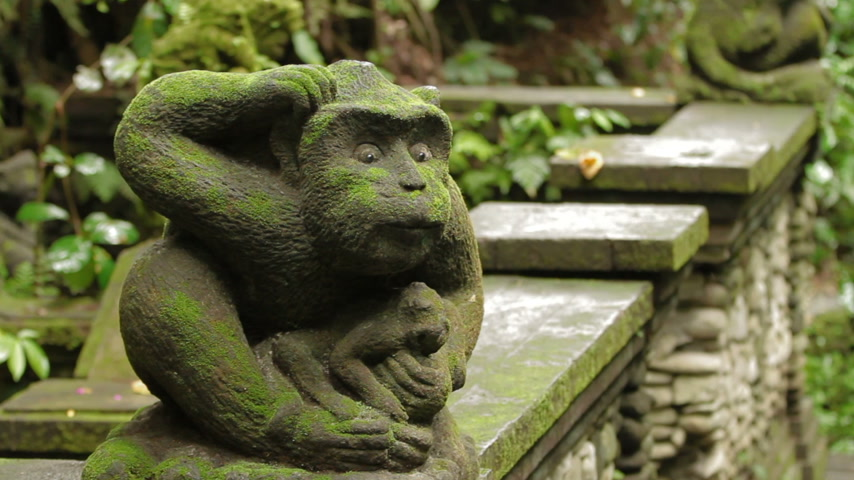 liaan : Standbeeld van mythisch dier. Bemoste sculptuur in Monkey Forest. Ubud, Bali, Indonesië. Stockvideo