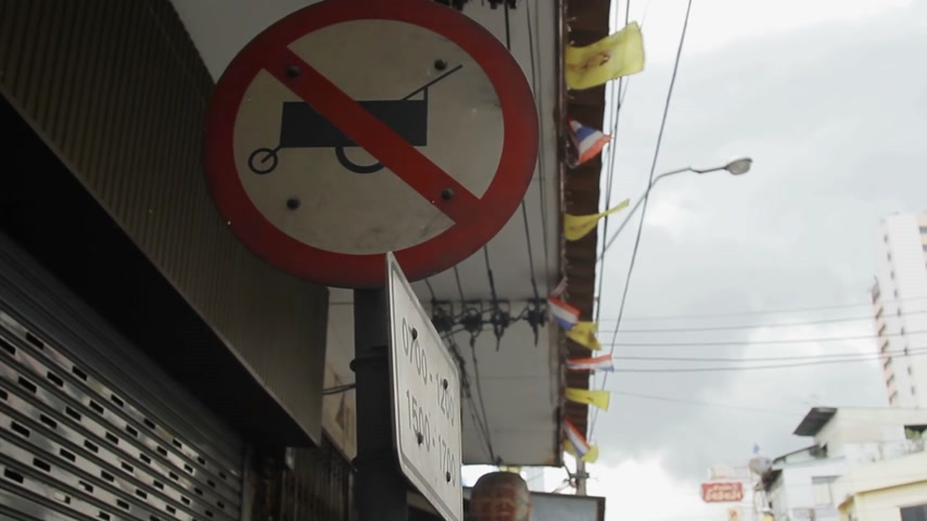 interdiction : Street sign forbidden passing food cart. Pictogram with banning fastfood moving carts. Bangkok street, Thailand.