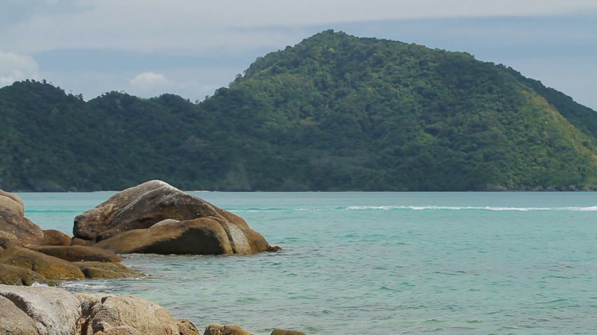 genuíno : View on Laem Ka beach on Phuket island, Thailand. Peaceful seascape and hill on background. Stock Footage