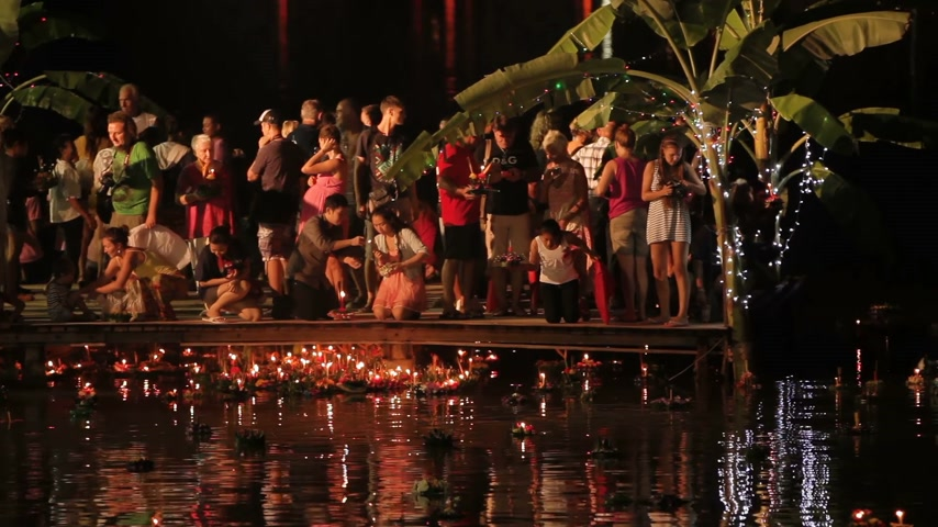 desistir : PHUKET, THAILAND - November 28, 2012. Locals and tourists celebrating Loi Krathong. People lowered into the water wreaths with candles and let go to heaven Chinese paper lanterns. Vídeos