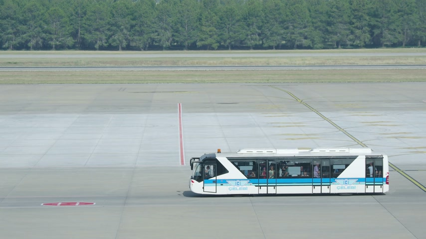 metin alanı : Special airport bus moving on the takeoff field of the airport. Tourists goes to the airplane by bus.