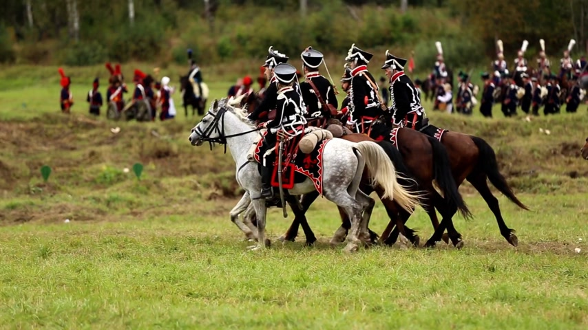 zbroja : BORODINO, RUSSIA - September 06, 2015 - Reenactment of the battle of Borodino the Patriotic war of 1812 year . Tourists watch the performance from from the fenced places. Moscow region, Russia. Wideo