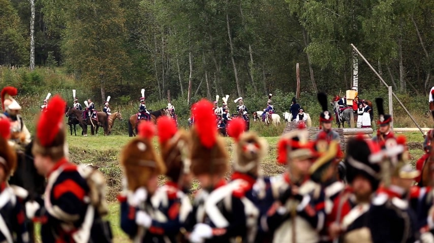 kılıç : BORODINO, RUSSIA - September 06, 2015 - Reenactment of the battle of Borodino the Patriotic war of 1812 year . Tourists watch the performance from from the fenced places. Moscow region, Russia. Stok Video