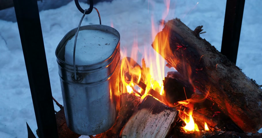 суп : Cooking soup on a fire pot. Melting snow as water for tea. Winter camping in forest. Стоковые видеозаписи
