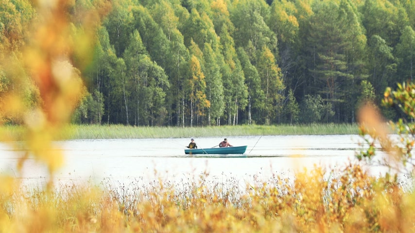 ロッド : Two man fishing on boat. Kenozerskiy national park, Russia.