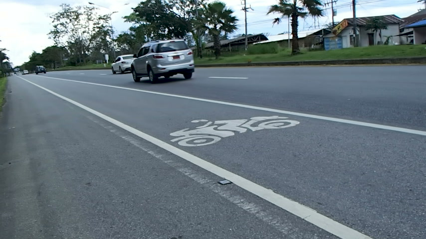 маркировка : PHUKET, THAILAND - October26, 2012. Cars moving on road. Dedicated lane for motor transport.