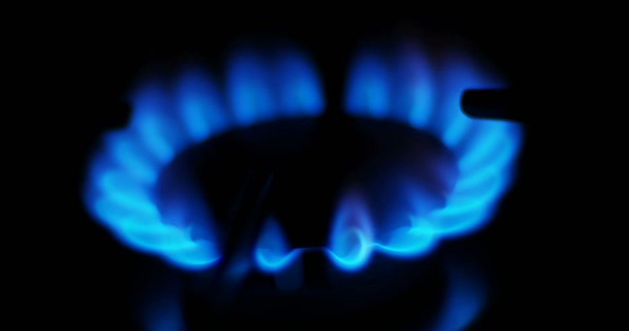 kuchenka : Blue flames of a gas in gas cooker. Fire on stove in dark.