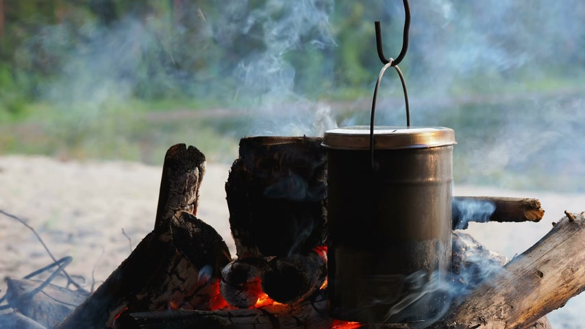 поход : Cooking soup on a fire pot. Summer camping on beach. Kenozero national park, Russia.