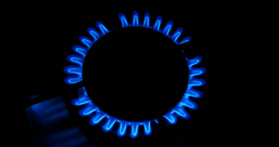 sporák : Blue flames of a gas in gas cooker. Fire on stove in dark.
