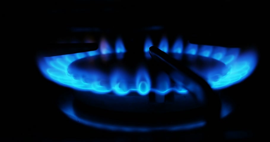 kookplaat : Blue flames of a gas in gas cooker. Fire on stove in dark.