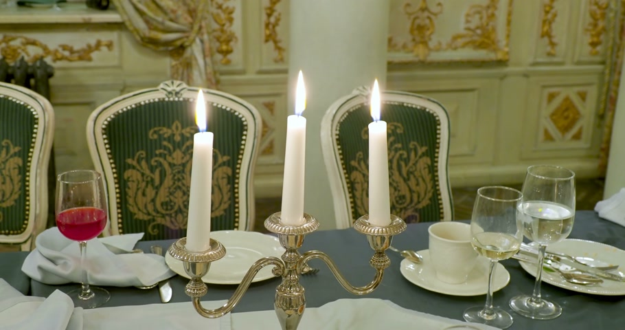 kandelaar : Burning candles in metal candle holder. Table served for dinner. Beautiful interior detail for party at night.