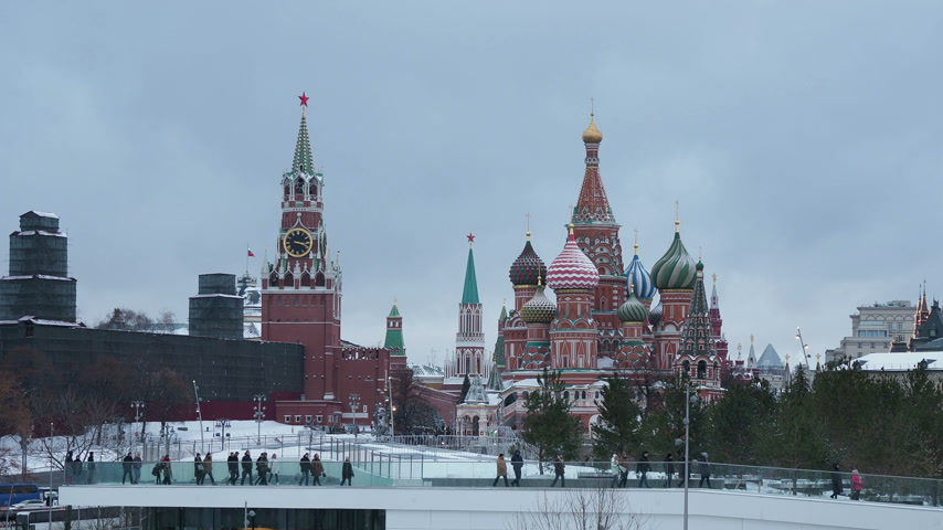 macskaköves : MOSCOW, RUSSIA - December 12, 2018. Famous landmarks - St. Basil Cathedral on Red square in Kremlin and Zaryadie park with walking tourists.