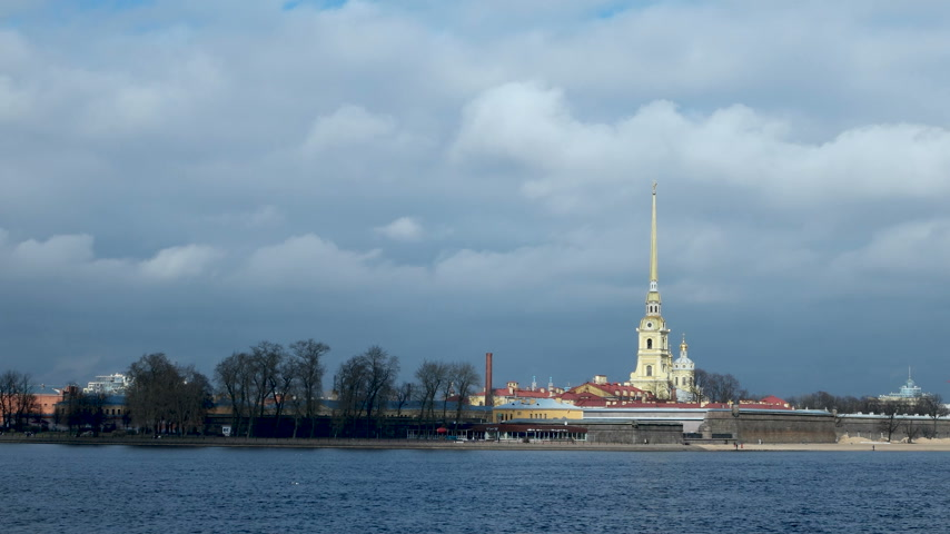 templomtorony : Timelapse clip of moving clouds over The Peter and Paul Cathedral in Saint-Petersburg, Russia. The Peter and Paul fortress. Stock mozgókép