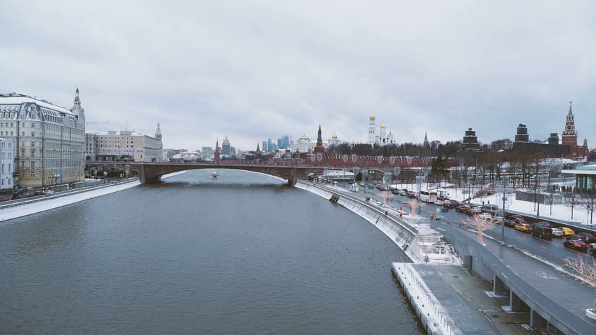 torre sineira : MOSCOW, RUSSIA - December 12, 2018. Panorama view on Kermlin and other landmarks from river overlook bridge in Zaryadye park.