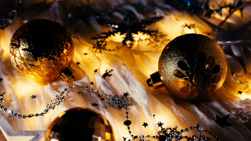 boncuklar : Christmas and New Year background with shiny balls, sparkling snowflakes and confetti.