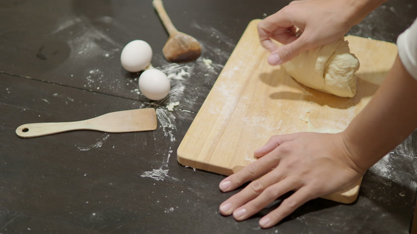 штифт : Cooking. Woman is making dough for dumplings. Стоковые видеозаписи