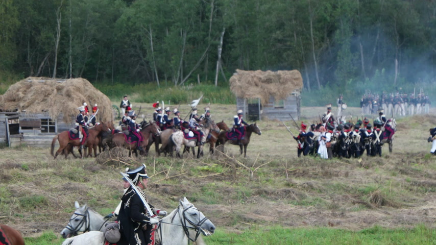 guerra : BORODINO, RUSSIA - September 02, 2017 - Reenactment of the battle of Borodino (the Patriotic war of 1812 year). Tourists watch the performance from from the fenced places.