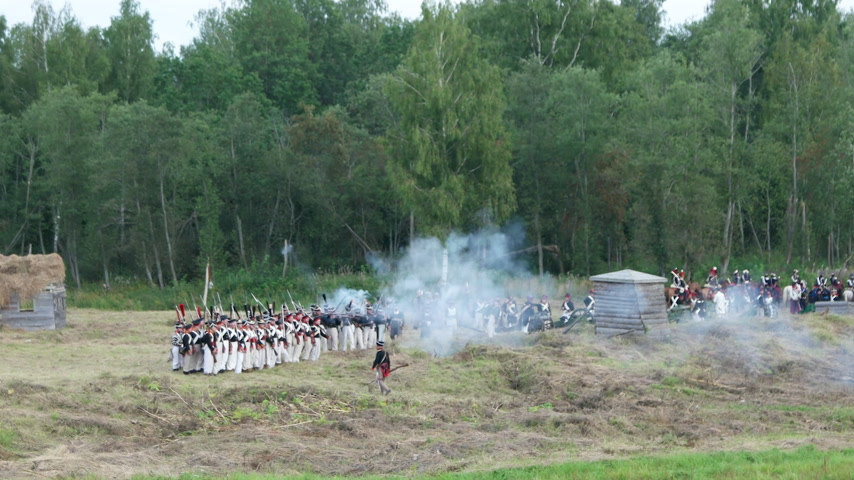 rycerze : BORODINO, RUSSIA - September 02, 2017 - Reenactment of the battle of Borodino (the Patriotic war of 1812 year). Tourists watch the performance from from the fenced places.