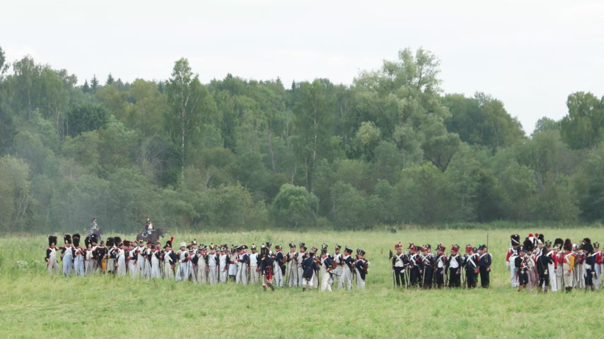 винтовка : BORODINO, RUSSIA - September 02, 2017 - Reenactment of the battle of Borodino the Patriotic war of 1812 year . Tourists watch the performance from from the fenced places. Стоковые видеозаписи