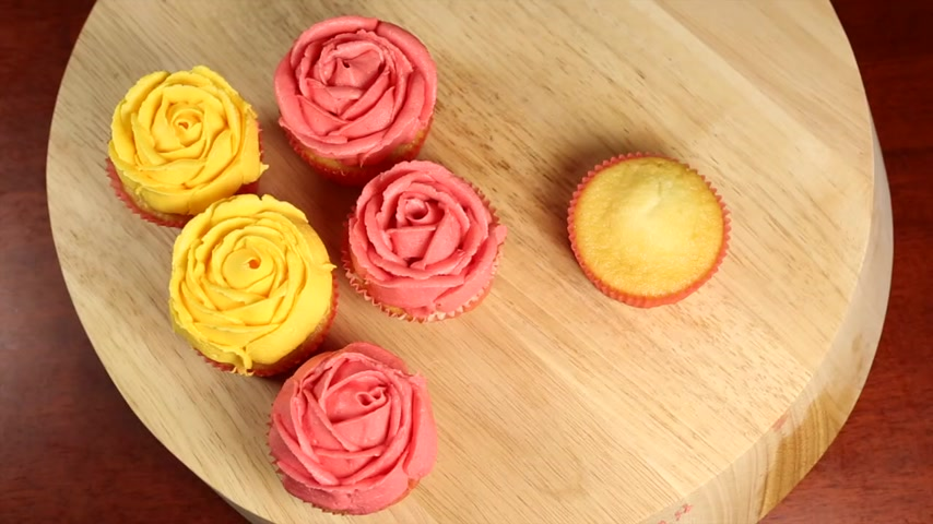 queque : Decorating cupcakes with a yellow rose icing.