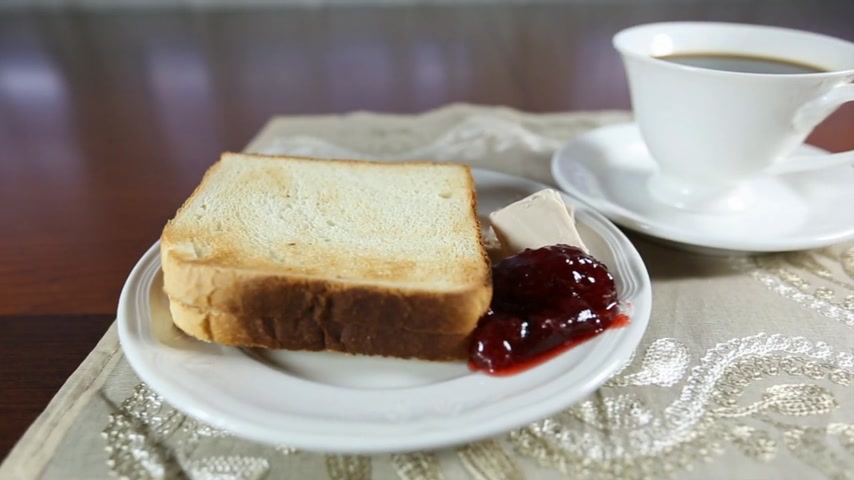 хлеб : A cup of coffee and toast with jam and organic butter