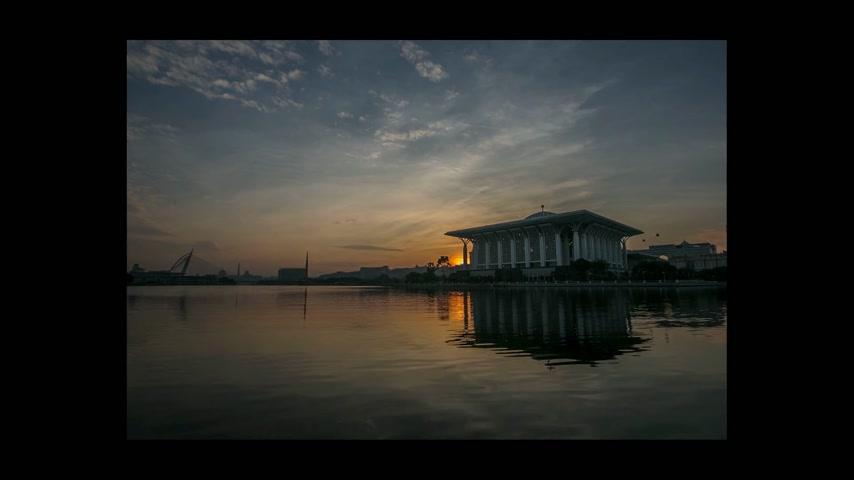 religia : Sun rising behind a mosque in Putrajaya, Malaysia Wideo