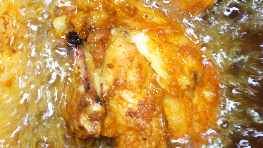 colesterol : Deep frying chicken in a pan.