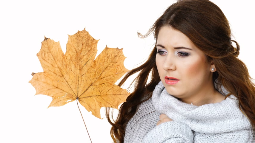 coldness : Freezing woman holds autumn leaf. Season weather. Stock Footage