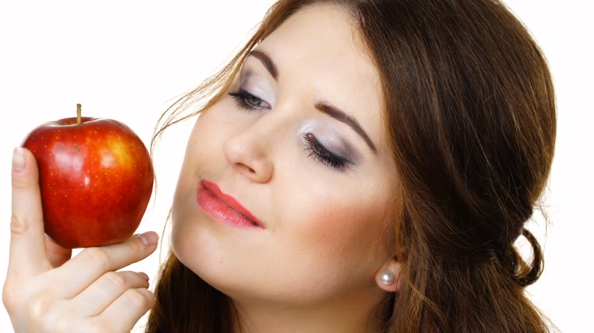apetite : Woman holds apple fruit close to face, isolated Vídeos