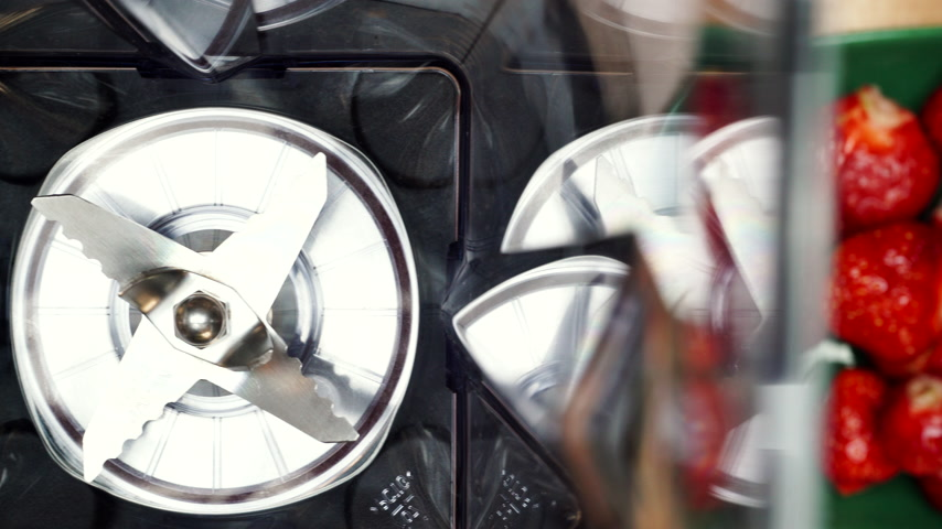 koktél : Preparing for make strawberry fruit shake in blender 4K Stock mozgókép