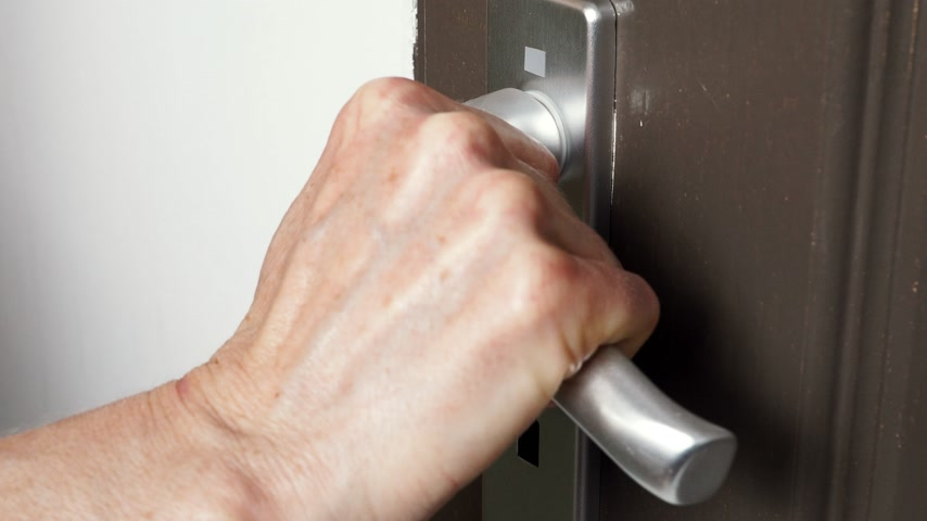 buraco de fechadura : Hand locking up the door with key 4K Vídeos