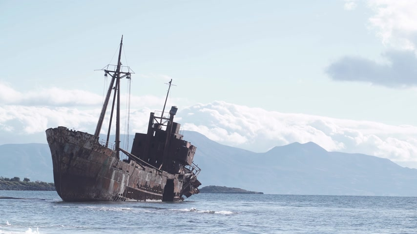 paslanmış : Rusty broken shipwreck on sea shore Stok Video