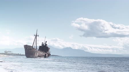 трагедия : Rusty broken shipwreck on sea shore Стоковые видеозаписи
