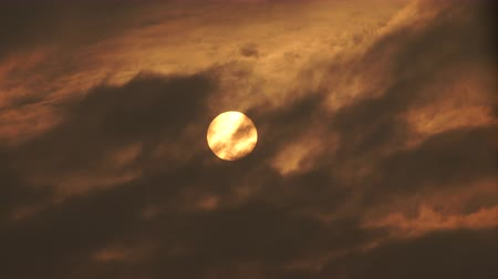 luar : Bright full moon and clouds at sunset dusk. Nature skyscape. 4K ProRes HQ codec.