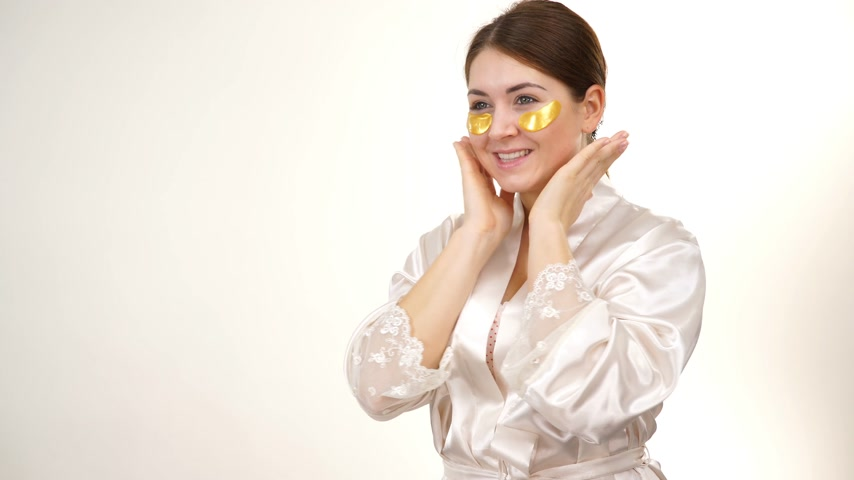 eye mask : Woman with gold patches under eyes
