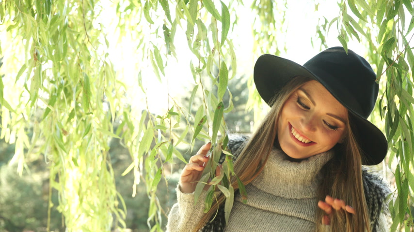 söğüt : Woman outdoor. Fashionable autumn girl long hair wearing fur vest black hat enjoy nature. Beauty female model relaxing in park. 4K