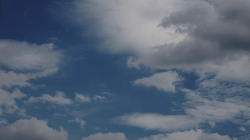 meteorologia : Blue sky with white and dark clouds. Timelapse 4K