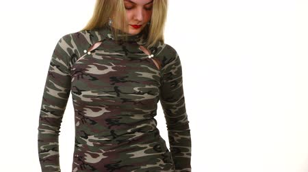 caqui : Female model wearing camo pattern top
