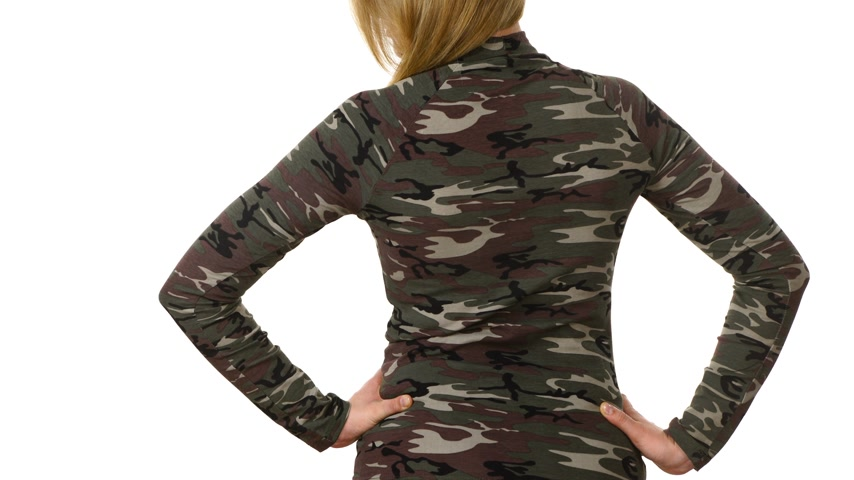 blúz : Female model wearing camo pattern top
