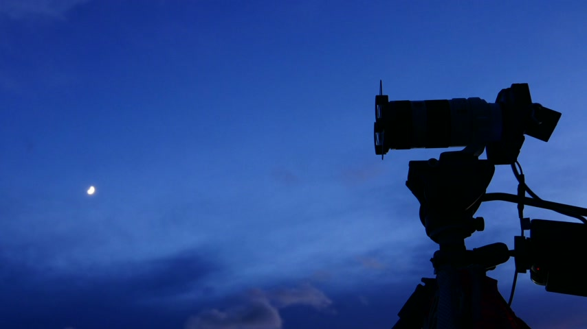 штатив : Camera against sky taking picture film time lapse Стоковые видеозаписи