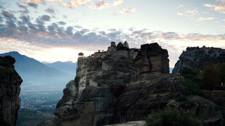 посещающий : Sunset over Varlaam monastery in Meteora, Greece Стоковые видеозаписи
