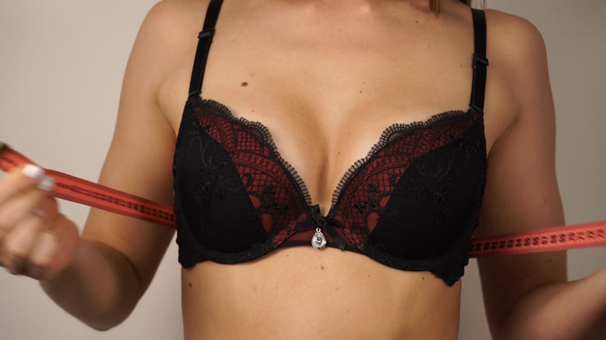 seio : Woman fit girl in black bra with measuring tape measuring her chest breasts. Closeup part of female body. 4K ProRes HQ codec Stock Footage