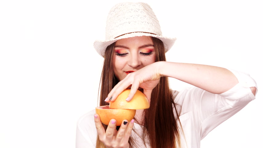 pompelmoes : Woman attractive long hair model colorful eyes makeup holding two halfs of grapefruit citrus fruit in hands. Joyful girl having fun. Healthy diet food. 4K ProRes HQ codec