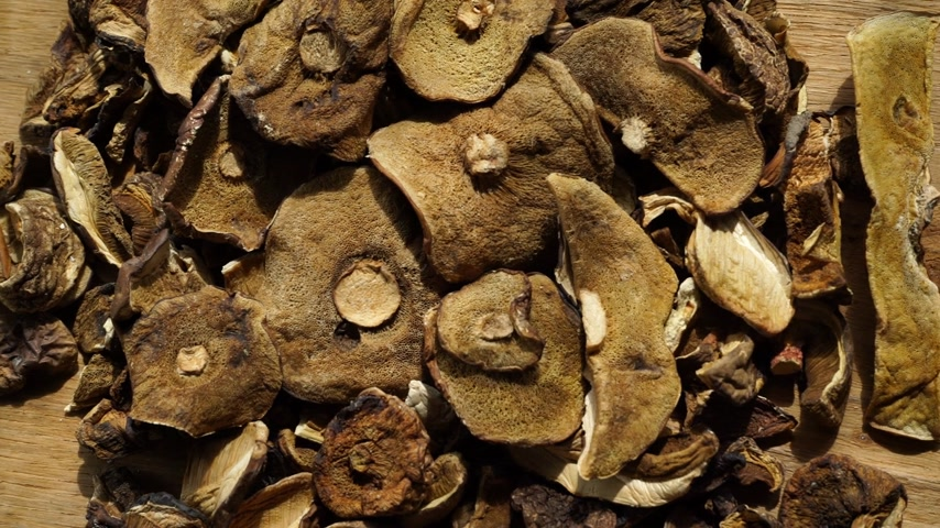 grande quantidade : Food. Dry mushrooms on wooden surface table background.